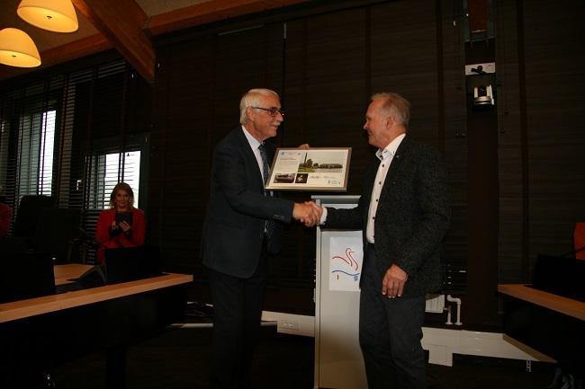 Peter Nijhof overhandigt Dh. Huisman de oorkonde